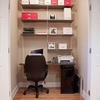Домашний офис за дверцей шкафа.
