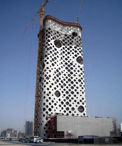 Дырявое здание в Дубае