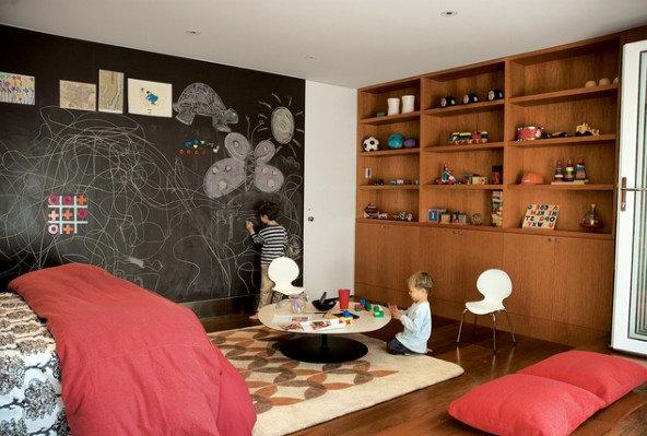 Идея интерьера: Классная доска для рисования мелом в детской комнате