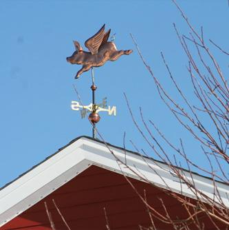 Флюгер на крыше дома.