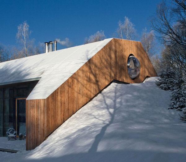 Современный дом, спрятанный в холме.