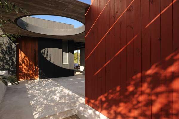 Красное и черное - дом из дерева и бетона