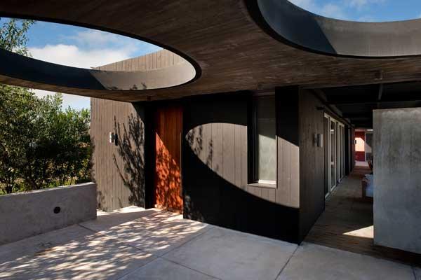 Красное и черное - дом из дерева и бетона.
