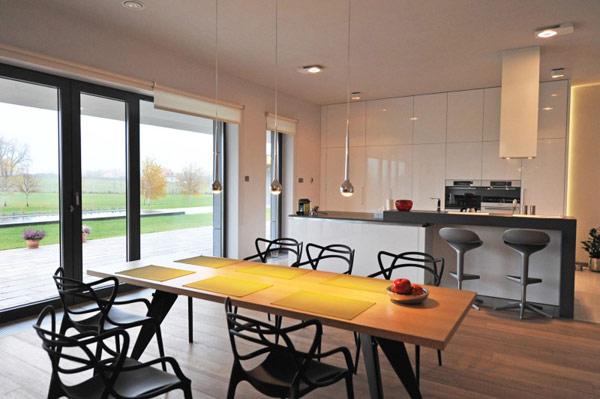 Дом с архитектурой и интерьером в современном стиле.