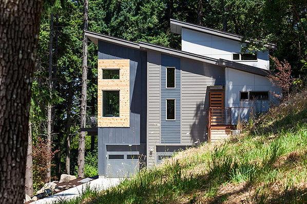 Дачный дом на зеленом склоне.