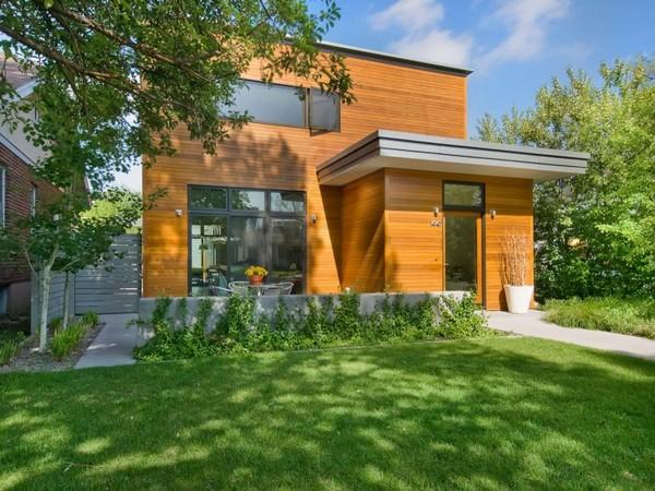 Простой дом с интерьером класса люкс, обшитый деревом.