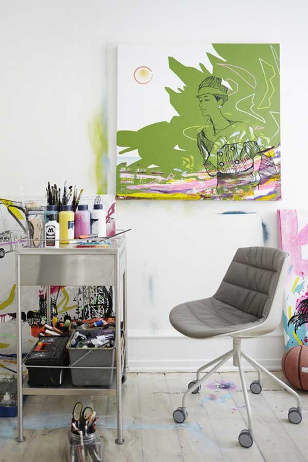 Современный интерьер в сочетании с настенной живописью.