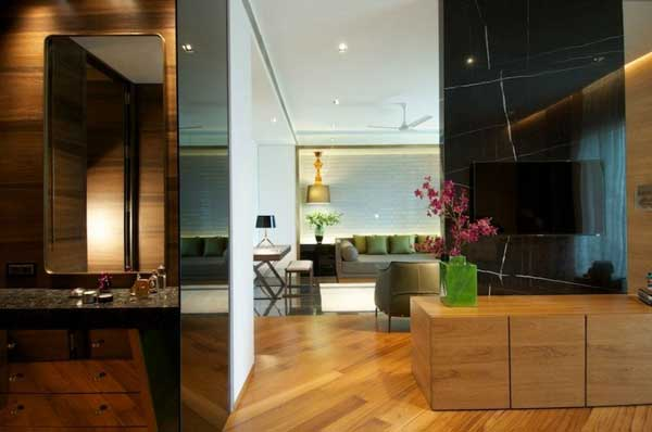 Детали из дерева и цветного стекла в интерьере.