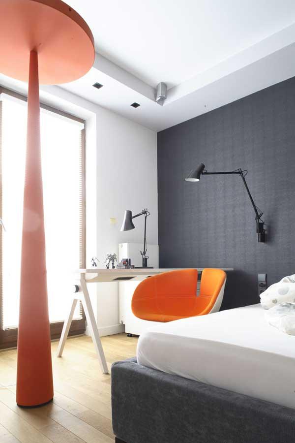 Современная квартира с деревянными и каменными деталями.