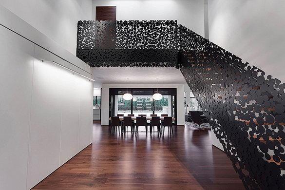 Черная лестница в светлом интерьере квартиры.