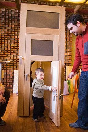 Дверь с тремя створками разного размера – для всей семьи