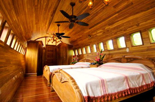 Отель в виде старого самолета