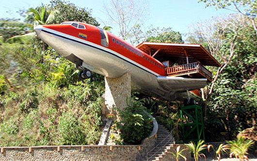 Отель в виде старого самолета, в Коста-Рике, на территории Национального парка