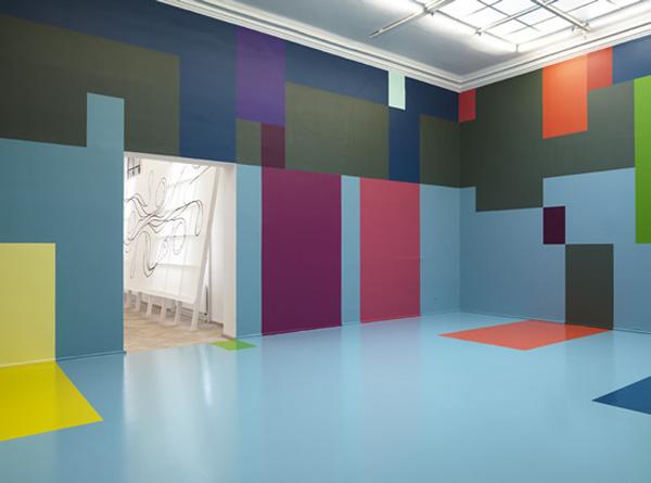 Отделка стен цветными блоками