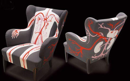 Кресла с обивкой в виде рисунков из учебника анатомии