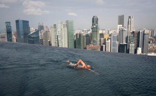 Отель в сингапуре с бассейном и парком на высоте 200 м