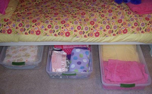 Хранение вещей в пластиковых контейнерах под кроватью