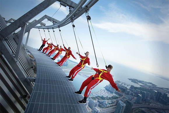 Аттракцион – экскурсия на башню CN Tower в Торонто, Канада