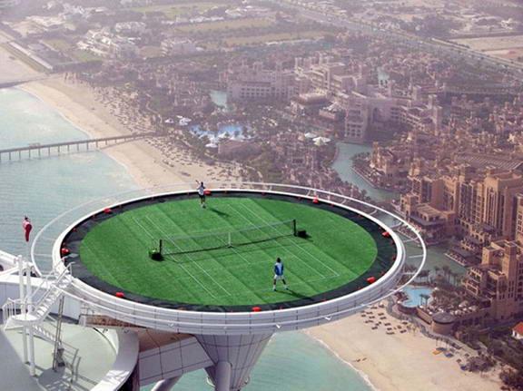 Теннисный корт на вершине отеля Burj Al Arab