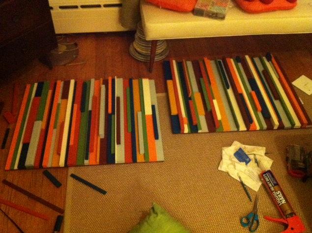Идея декоративного панно из деревянных разноцветных реек.