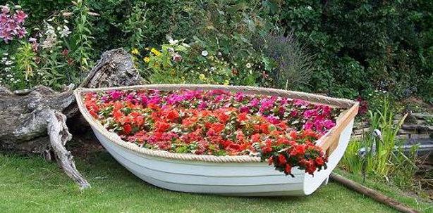 Как сделать клумбу в старой лодке